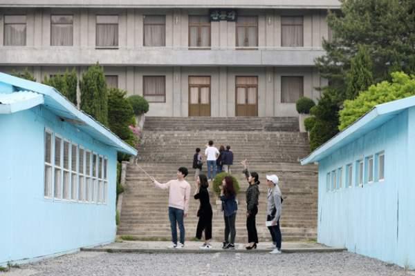 """Du khách """"đua nhau"""" tái hiện cái bắt tay lịch sử giữa lãnh đạo Hàn - Triều 4"""