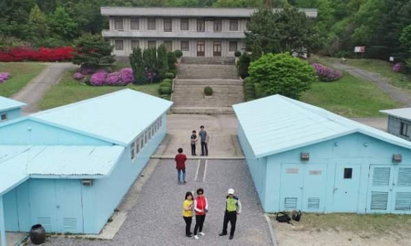 """Du khách """"đua nhau"""" tái hiện cái bắt tay lịch sử giữa lãnh đạo Hàn - Triều 7"""