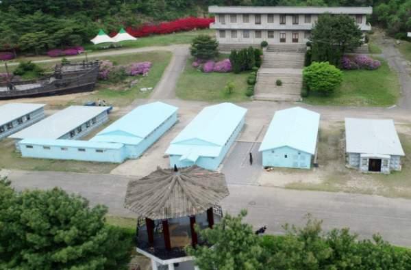 """Du khách """"đua nhau"""" tái hiện cái bắt tay lịch sử giữa lãnh đạo Hàn - Triều 3"""