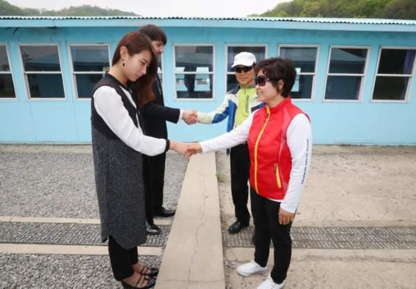 """Du khách """"đua nhau"""" tái hiện cái bắt tay lịch sử giữa lãnh đạo Hàn - Triều 1"""
