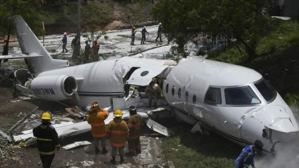 Máy bay Mỹ gẫy làm đôi tại sân bay nguy hiểm bậc nhất thế giới 1