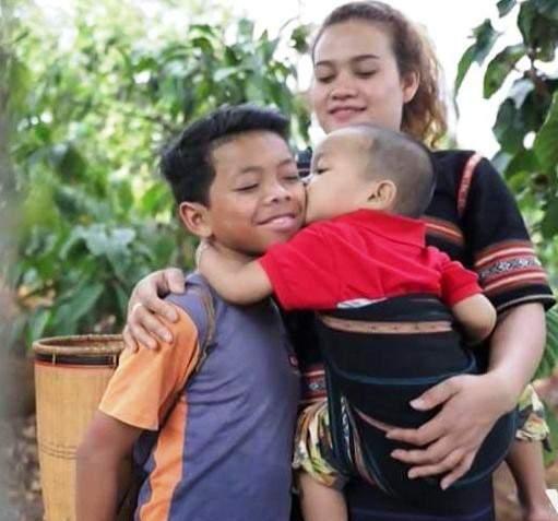 Cô gái Tây Nguyên dũng cảm chống hủ tục, nuôi 2 người con 1