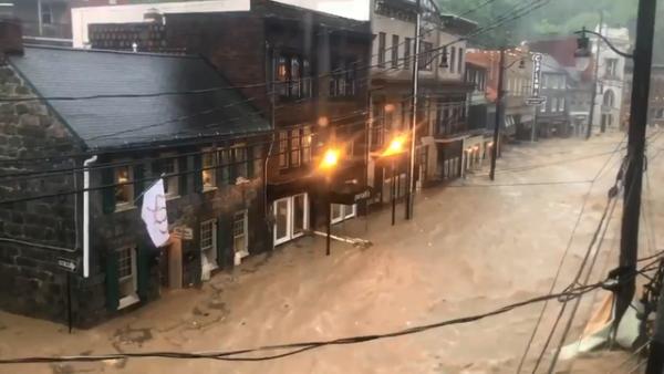 """Đường phố Mỹ thành """"sông"""" sau mưa lớn 1"""