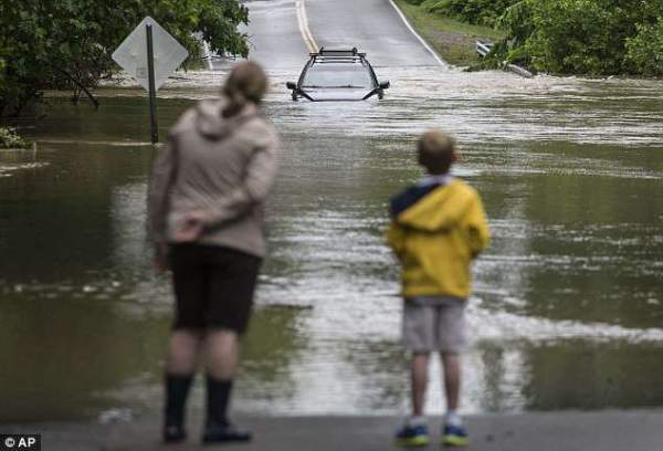 """Đường phố Mỹ thành """"sông"""" sau mưa lớn 3"""