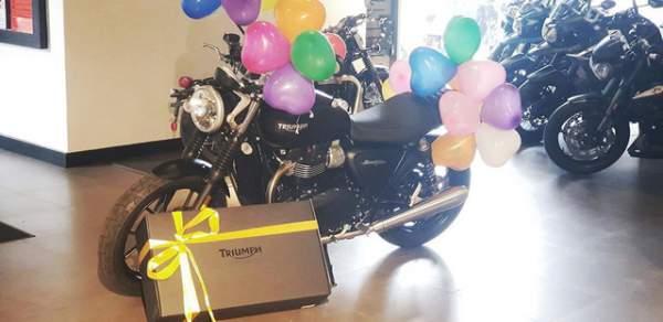 """""""Phát sốt"""" với clip vợ mua môtô giá 300 triệu tặng chồng nhân dịp sinh nhật 2"""