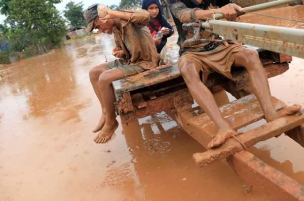 Nước rút bùn ngập, người Lào chật vật trở về nhà sau sự cố vỡ đập 7