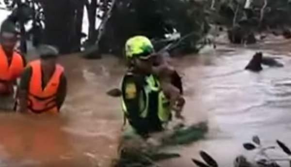 Đội cứu hộ Thái Lan giải cứu bé trai qua dòng lũ xiết ở Lào 1