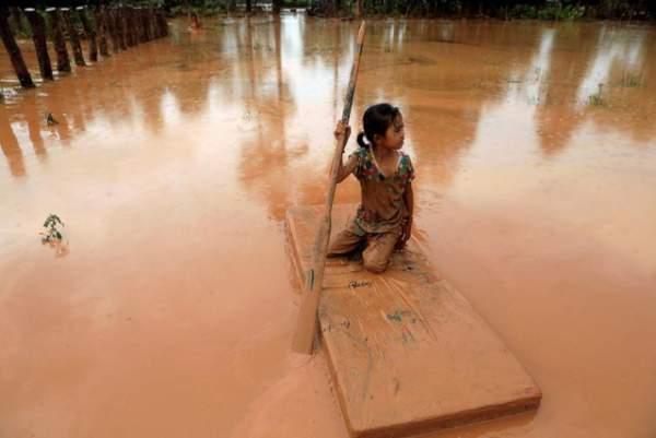 Nước rút bùn ngập, người Lào chật vật trở về nhà sau sự cố vỡ đập 5