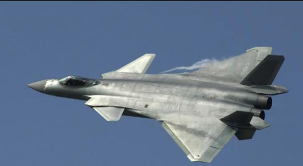 """Đọ sức mạnh """"Rồng dũng mãnh"""" J-20 và """"Chim ăn thịt"""" F-22 1"""