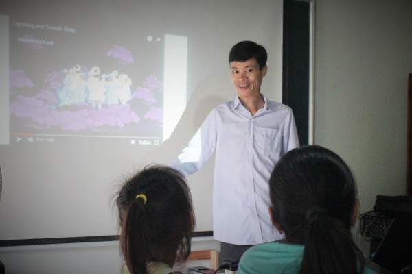 Lớp học tiếng Anh miễn phí của kỹ sư suýt bỏ học vì bệnh tật 1