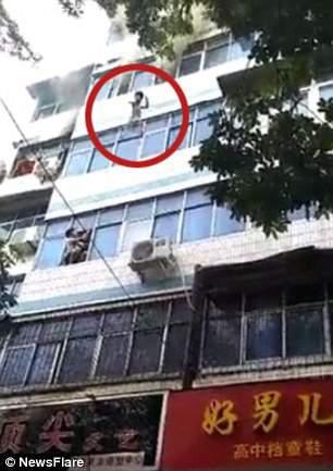 Cháy nhà, mẹ tuyệt vọng ném hai con từ tầng 4 trước khi thiệt mạng 1