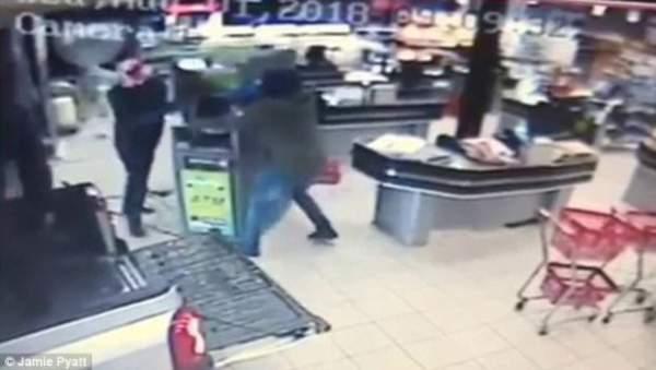 Băng cướp lao xe vào siêu thị rồi thản nhiên vác…. cây ATM tẩu thoát 1