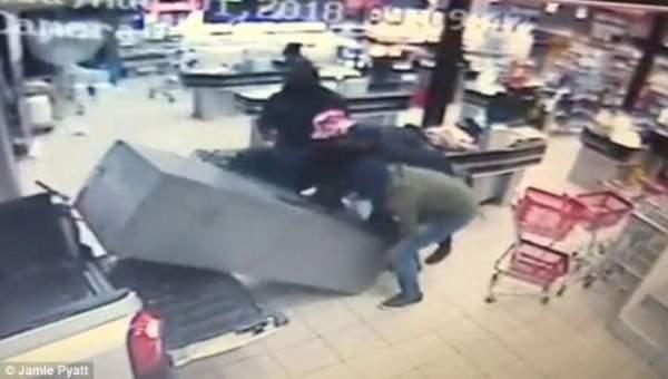 Băng cướp lao xe vào siêu thị rồi thản nhiên vác…. cây ATM tẩu thoát 2