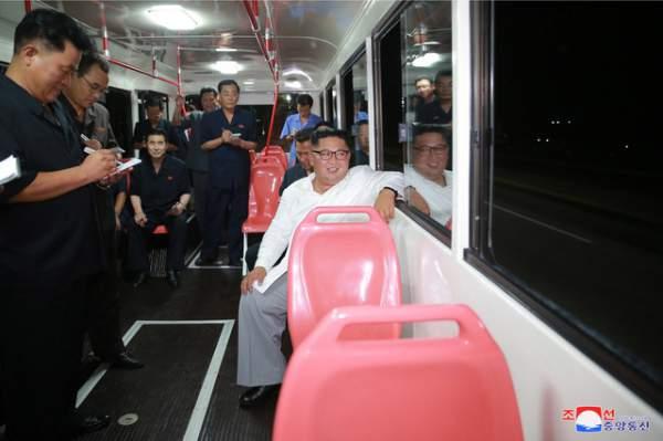 Ông Kim Jong-un đích thân thử xe điện hiện đại lúc nửa đêm 3