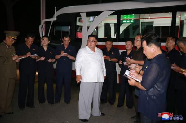 Ông Kim Jong-un đích thân thử xe điện hiện đại lúc nửa đêm 1
