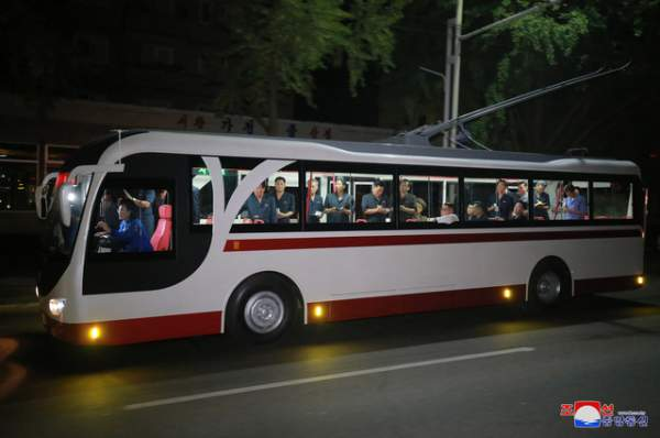 Ông Kim Jong-un đích thân thử xe điện hiện đại lúc nửa đêm 2