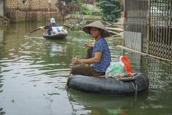 Hà Nội: Người dân vùng ngập kéo xe bò, chèo thuyền ra chở quà từ thiện 3