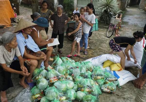 Hà Nội: Người dân vùng ngập kéo xe bò, chèo thuyền ra chở quà từ thiện 10
