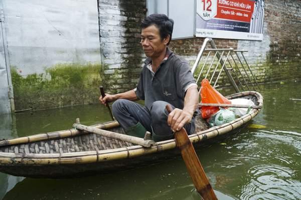 Hà Nội: Người dân vùng ngập kéo xe bò, chèo thuyền ra chở quà từ thiện 7