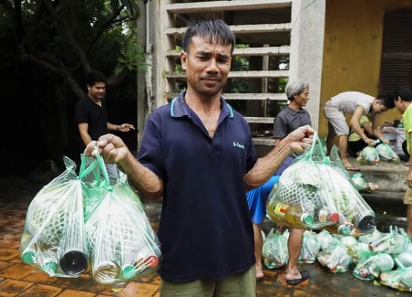 Hà Nội: Người dân vùng ngập kéo xe bò, chèo thuyền ra chở quà từ thiện 6