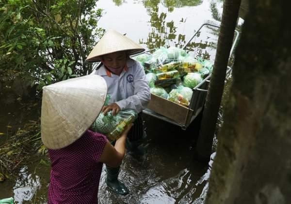 Hà Nội: Người dân vùng ngập kéo xe bò, chèo thuyền ra chở quà từ thiện 5