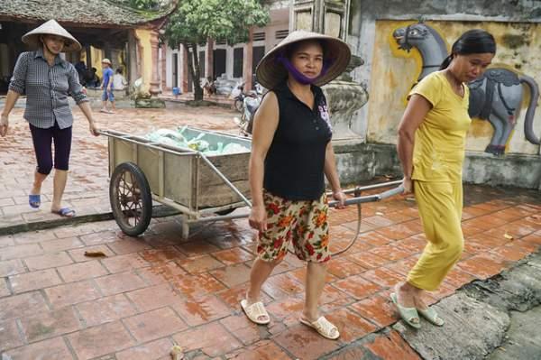 Hà Nội: Người dân vùng ngập kéo xe bò, chèo thuyền ra chở quà từ thiện 1