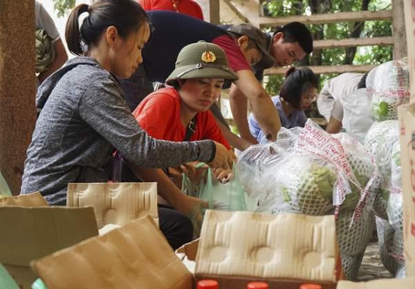 Hà Nội: Người dân vùng ngập kéo xe bò, chèo thuyền ra chở quà từ thiện 8