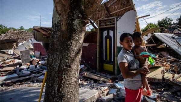 Động đất liên tiếp trên đảo du lịch Indonesia, nhiều nhà cửa bị san phẳng 1