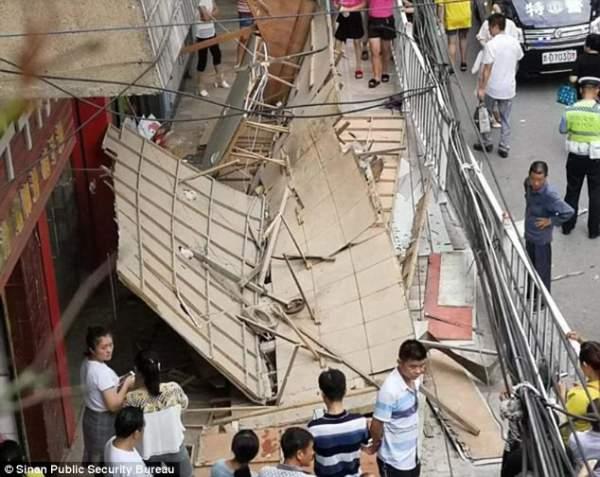 Trung Quốc: Kinh hoàng biển quảng cáo rơi trúng đoàn người đi bộ 1
