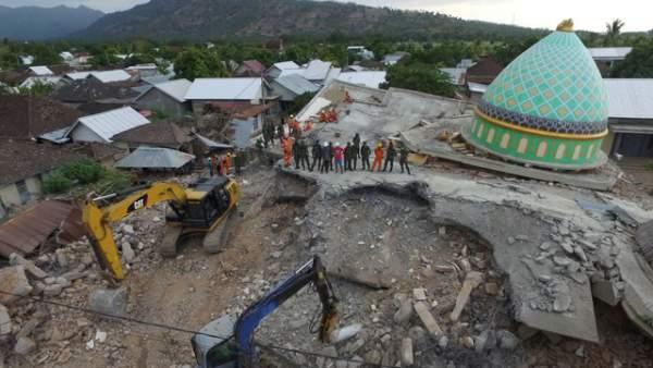Động đất liên tiếp trên đảo du lịch Indonesia, nhiều nhà cửa bị san phẳng 3