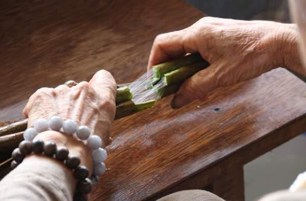 Người phụ nữ dệt lụa từ tơ sen đầu tiên ở Hà Nội 4