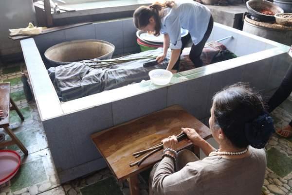 Người phụ nữ dệt lụa từ tơ sen đầu tiên ở Hà Nội 1