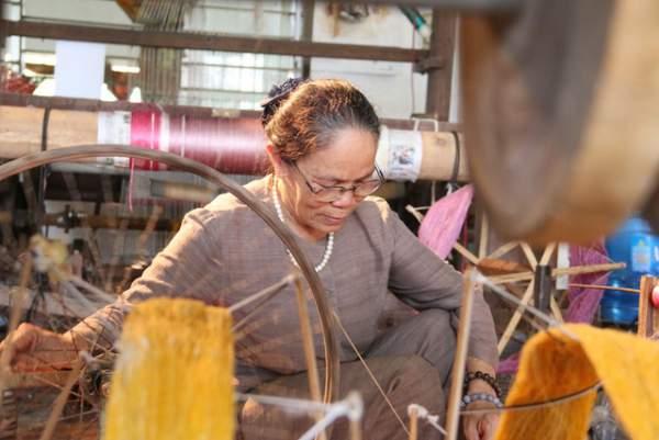 Người phụ nữ dệt lụa từ tơ sen đầu tiên ở Hà Nội 8