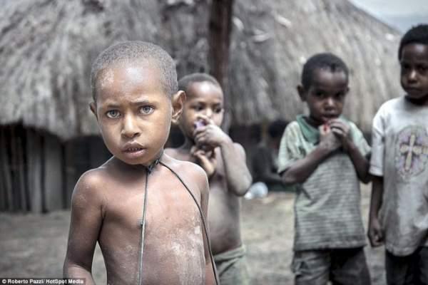 """Bộ lạc sống kiểu """"ăn lông ở lỗ"""" ở Indonesia 8 """""""