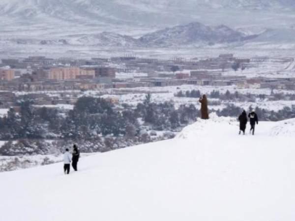 Lạ lùng tuyết đen ở Kazakhstan 2